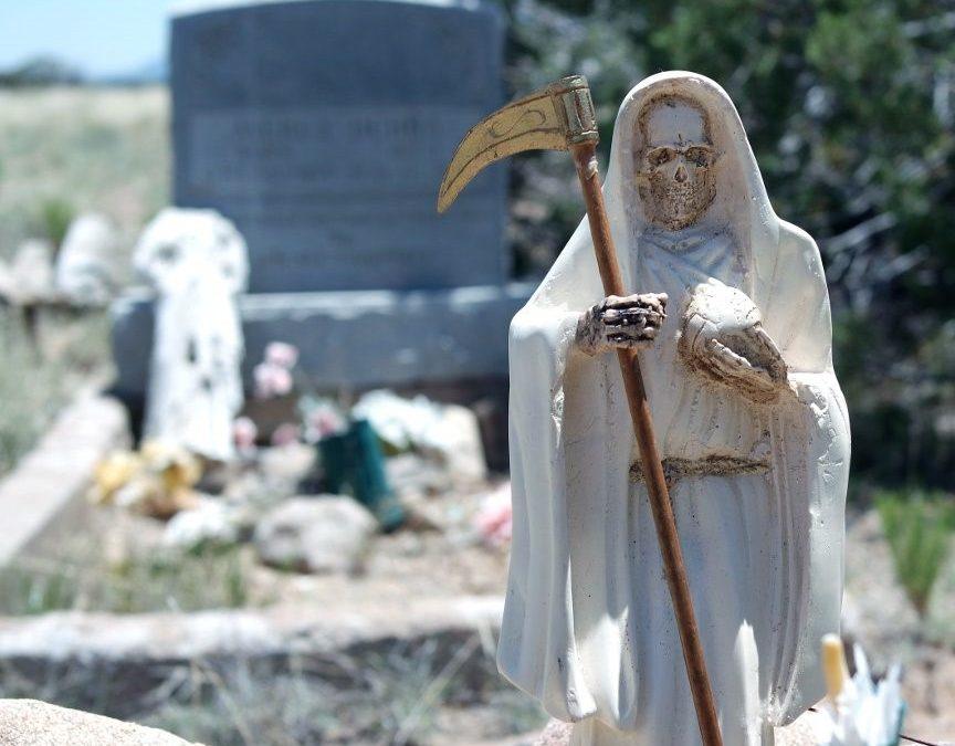 Visitando un cementerio con la Santa Muerte